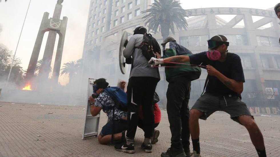 Manifestantes contra el Gobierno de Sebastián Piñera se enfrentan a los antidisturbios en Santiago de Chile el pasado 3 de enero.