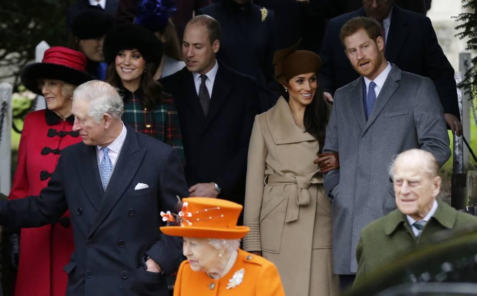 Los duques de Sussex con la reina y otros miembros de la familia real británica en la Navidad de 2018.