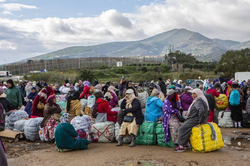 Un groupe de porteurs attend le bus qui les emmènera des polygones de Melilla à la frontière, dans le quartier chinois.
