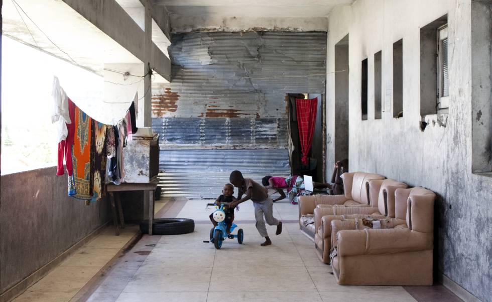 Dos niños juegan en uno de los pasillos, anteriormente cubiertos con marmol.