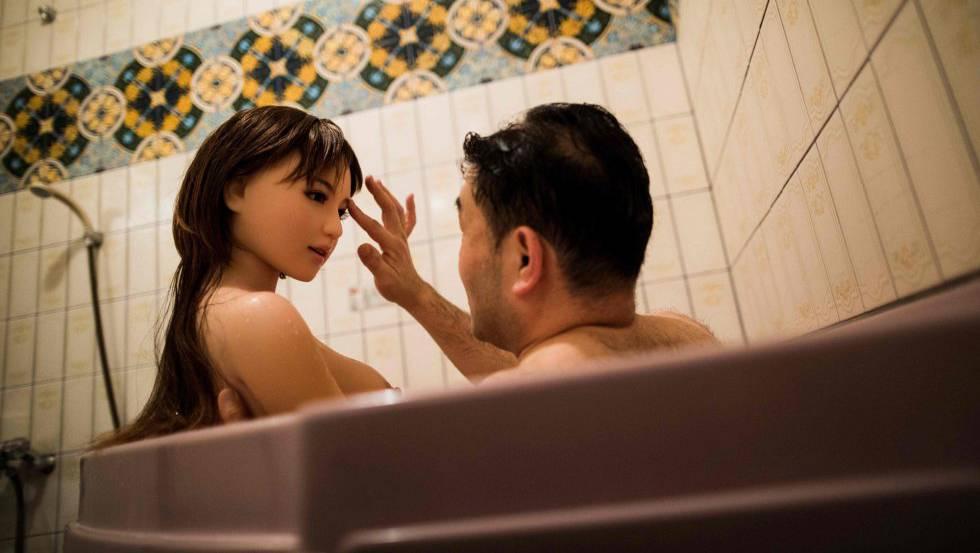 Un hombre se baña junto a una muñeca a la que considera su pareja.