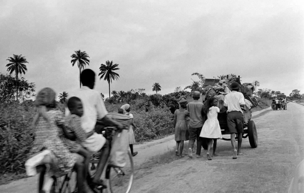 Civiles huyendo de sus casas durante la guerra de Biafra, Nigeria.