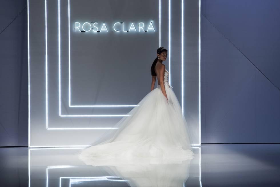 La modelo Joana Sanz en un desfile de rosa Clará en 2016.