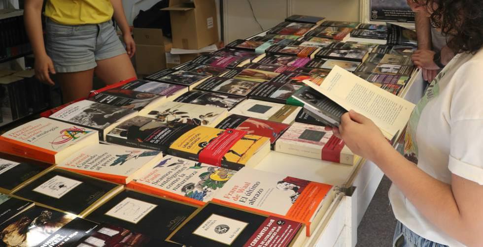 Aspecto de una caseta en la Feria del Libro de Madrid.