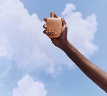 À quoi ressemble le cuivre? Le cuivre, comme d'autres parfums d'avant-garde, l'imagine à travers le trapntojo olfactif, mélangeant des molécules synthétiques et naturelles pour obtenir un parfum évocateur et facile à transporter. La bouteille (ci-dessus, dans une image de Tyler Michell) reproduit la forme irrégulière de la maison depuis 1994.