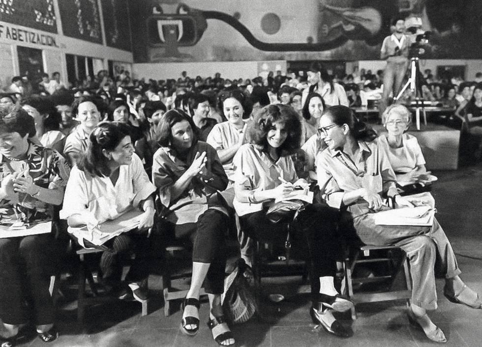Gioconda Belli (primera fila, segunda por la derecha), en un acto sandinista en los ochenta.