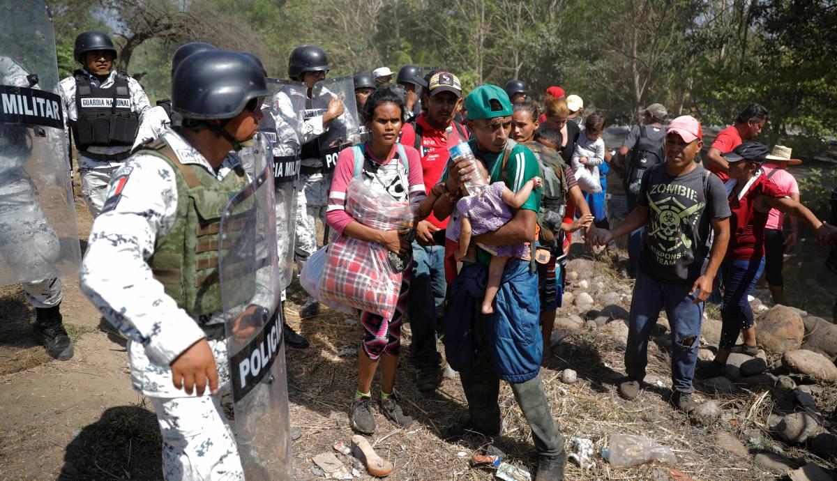 La Guardia Nacional bloquea la entrada de los migrantes a México.
