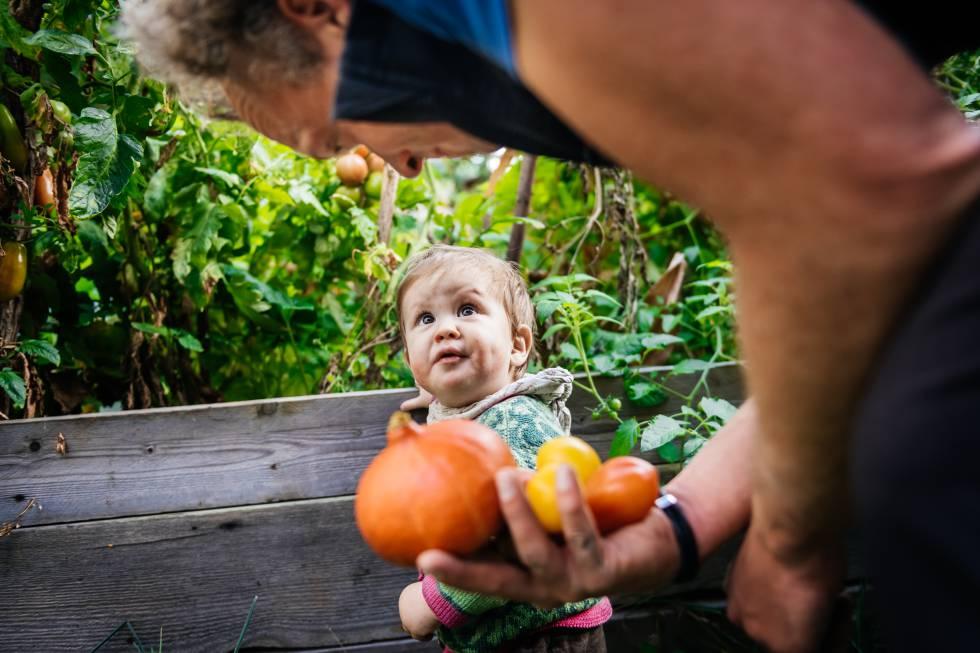 Un niño disfruta en un huerto urbano.