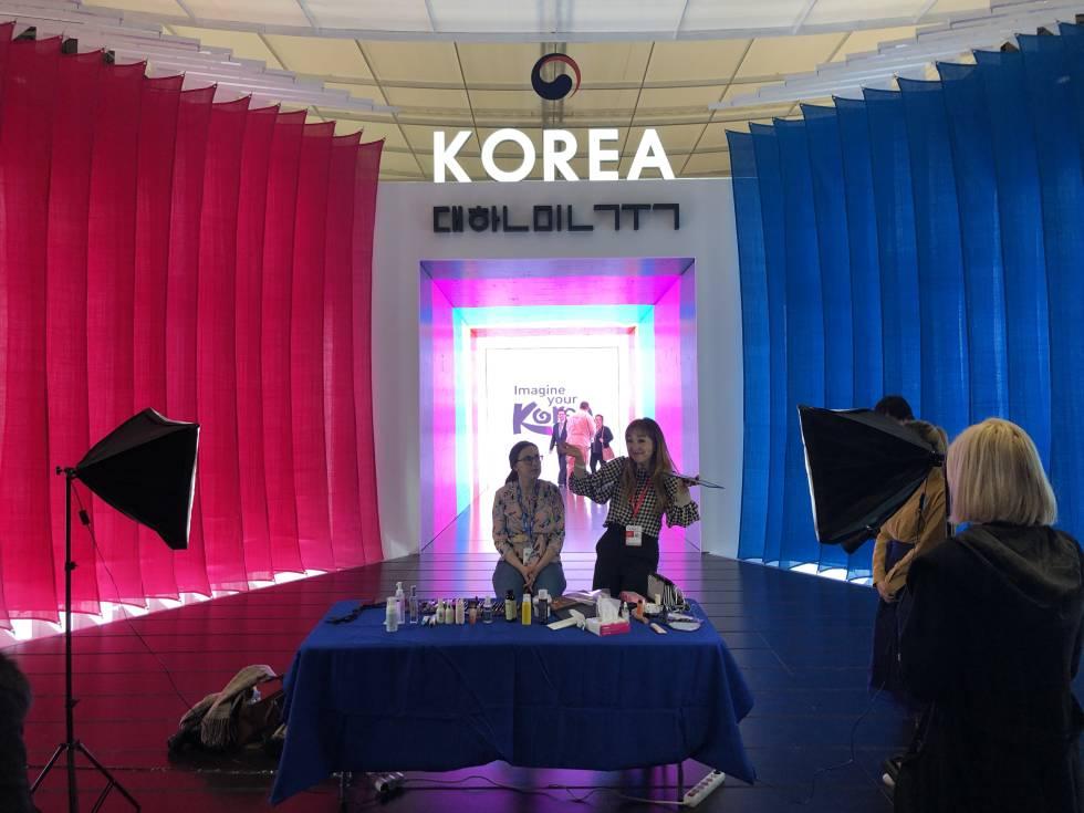 Sesión de maquillaje en el estand de Corea.
