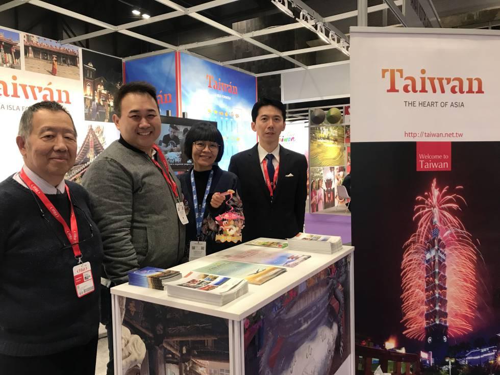 Los representantes de la Oficina Económica y Cultural de Taipei posan en el estand de Taiwan.
