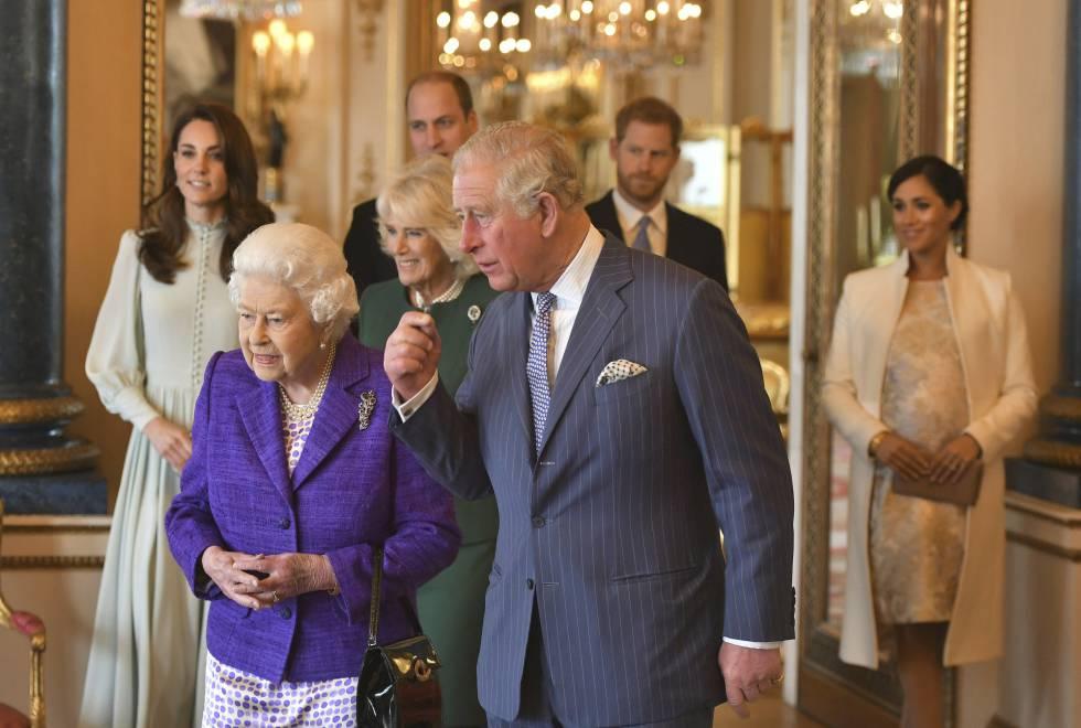 Isabel II, el príncipe Carlos y Camila de Cornualles seguidos de Kate Middleton, Guillermo, Enrique y Meghan Markle en el palacio de Buckingham en marzo.
