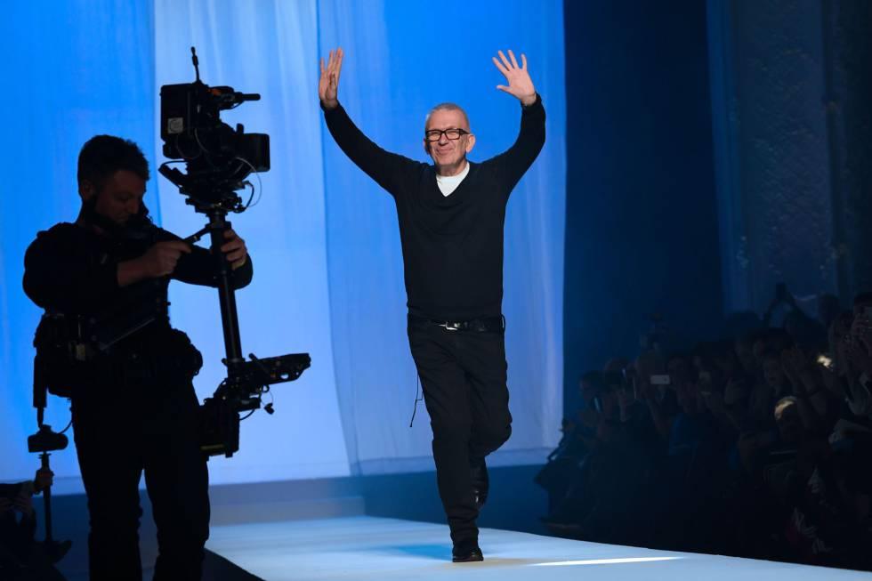 El diseñador francés Jean-Paul Gaultier saluda al público en París este miércoles en su último desfile.