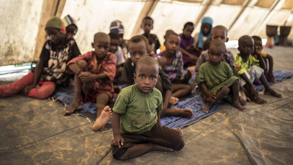 Niños en una escuela improvisada en el campo de desplazados de Banguetabá, a las afueras de Mopti.