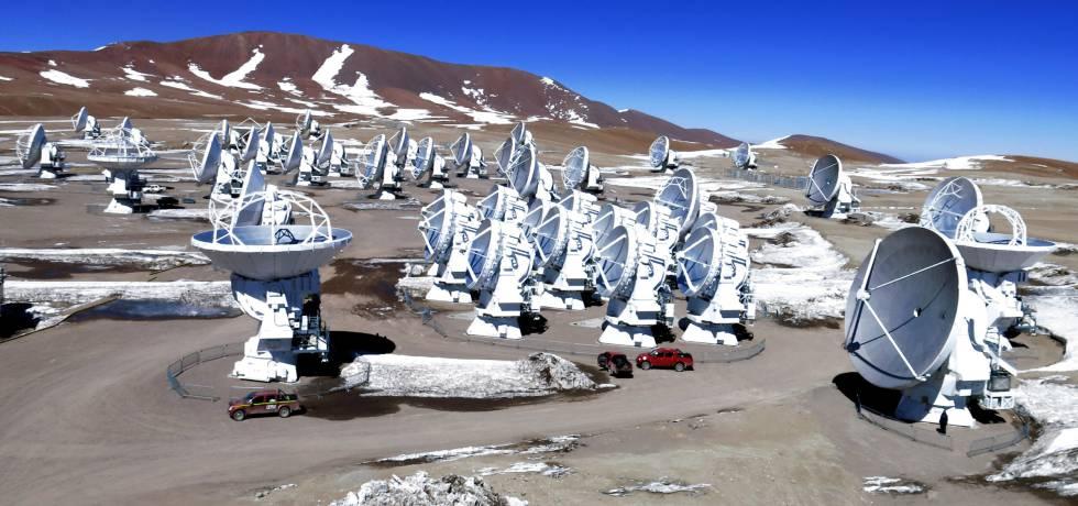 ALMA está compuesto por 66 antenas de alta precisión ubicadas en el llano de Chajnantor, a 5.000 metros de altitud en el norte de Chile.