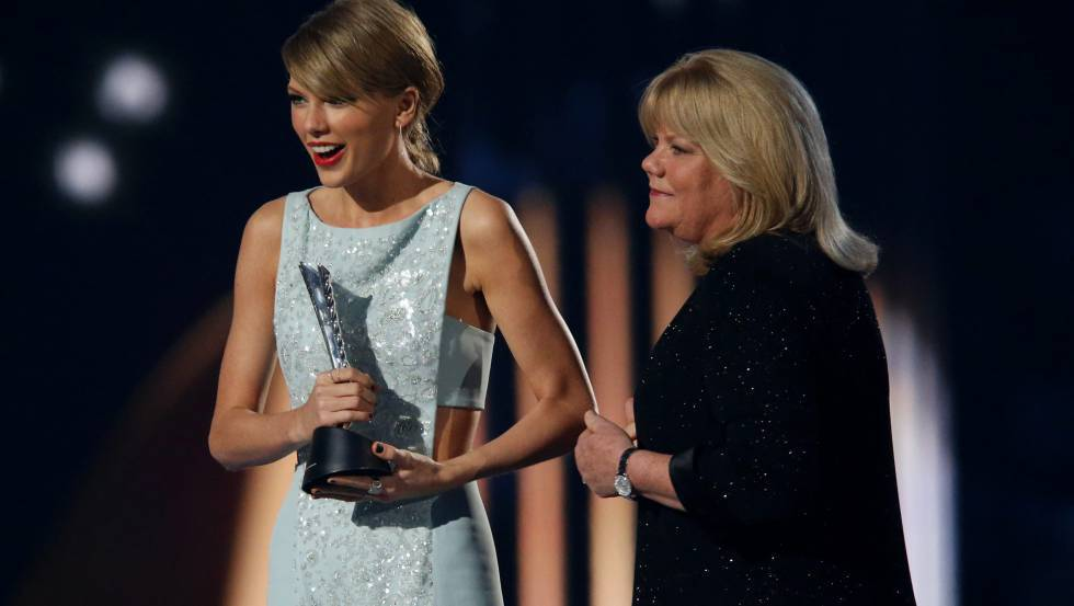 Taylor Swift and her mom Andrea at the Academy of Country Music Awards, and in the fall of 2017.nb