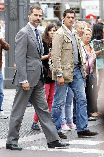 Don Felipe, en una calle mezclado con la gente.