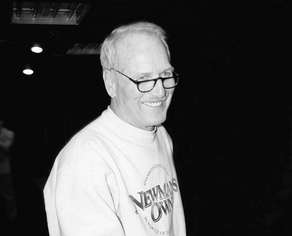 Incluso en sus últimos años, Paul Newman tenía un aspecto de hombre interesante con sus gafas de pasta y luciendo con estilo sus arrugas. Aquí aparece con una juvenil sudadera de una empresa que fundó, Newman's Own, una marca que vendía salsas para aliñar ensaladas y otros productos alimenticios. Las ganancias eran destinadas a obras sociales.