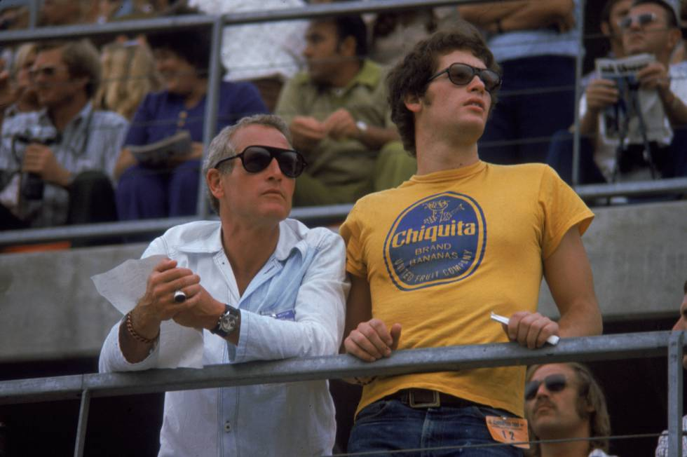 El gran drama en la vida de Newman fue perder a su hijo Scott por una sobredosis cuando este solo tenía 28 años. Desde entonces, el actor dio dinero para ayudar a jóvenes adictos. Esta imagen es de 1972. Paul y Scott están en un circuito californiano viendo una carrera de coches.