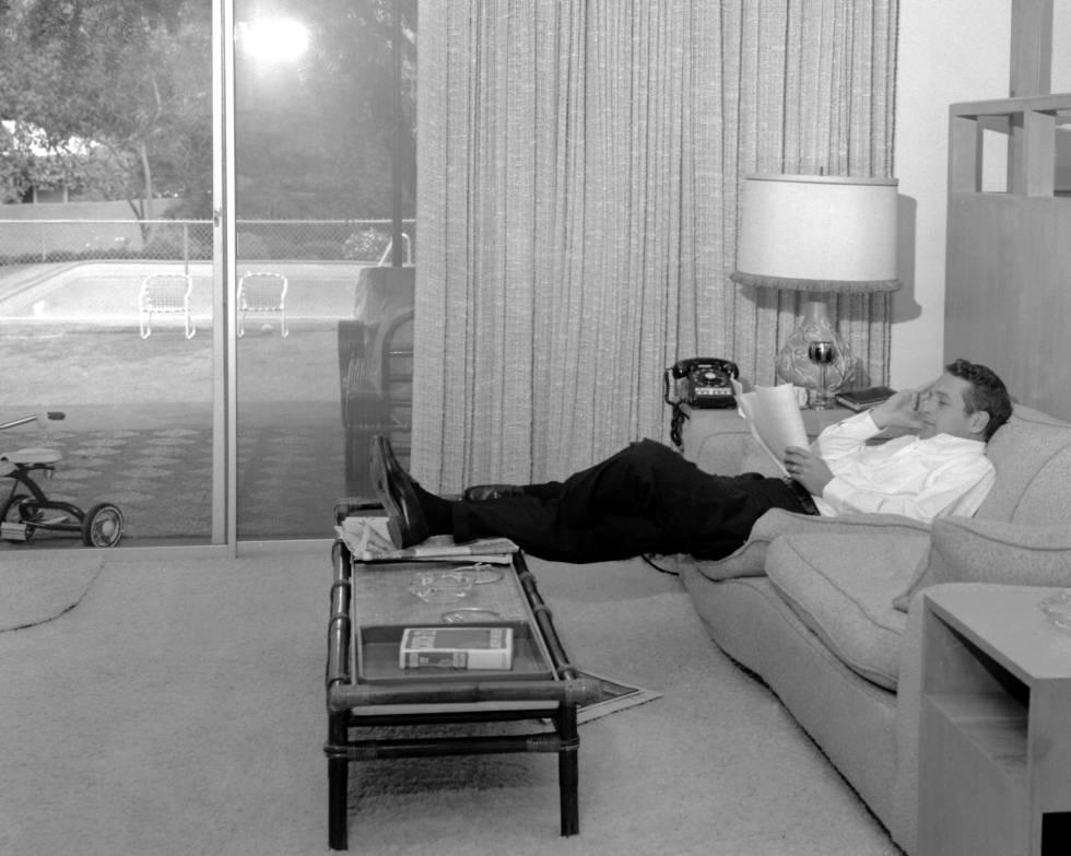 Paul Newman en su casa estudiando un guion para una película. Estudiante remolón, fue expulsado de la universidad por mal comportamiento. Prestó el servicio militar durante la II Guerra Mundial. Cuando regresó, se aplicó y terminó la carrera de Económicas. Pero lo suyo era otra cosa. Se matriculó en el famoso Actor's Studio de Nueva York para formarse en la interpretación.