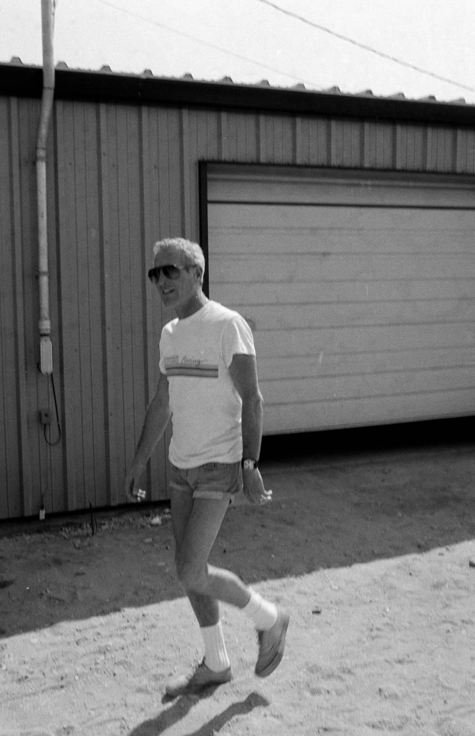 Puede ser alguien 'cool' vistiendo unos pantaloncitos megacortos y unos calcetines blancos. Sí, se puede si te llamas Paul Newman.