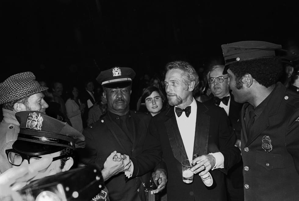 Fue la única excepción de un aficionado a la cerveza sin barriga. Las consumía a diario. Los alumnos de Princeton celebraban el Día de Newman bebiendo 24 cervezas en una jornada. En la imagen, el actor en 1975 llega al Film Society Of Lincoln Center (Nueva York), donde se le rindió un homenaje, con una cerveza en la mano.