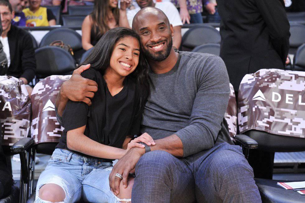 Kobe Bryant abraza a su hija Gianna Bryant (también fallecida en el accidente de helicóptero), durante un partido de Los Angeles Lakers, el 17 de noviembre de 2019.