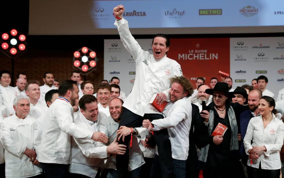 Los chefs Christophe Bacquié, con el puño en alto, y Marc Veyrat, con el gorro negro, tras conseguir sus tres estrellas Michelin, en 2018.