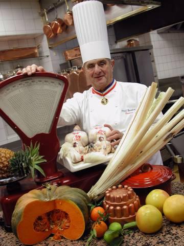 El fallecido chef Paul Bocuse, en su restaurante, en 2000.