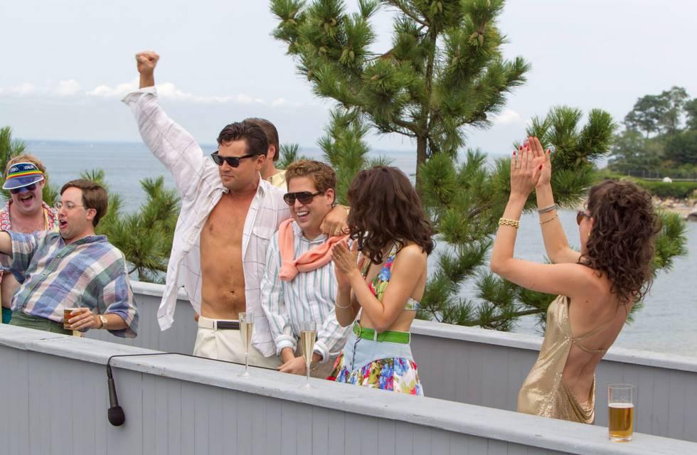 Escena de una de las excesivas fiestas protagonizadas por DiCaprio en 'El lobo de Wall Street', basadas en la vida de Jordan Belfort.