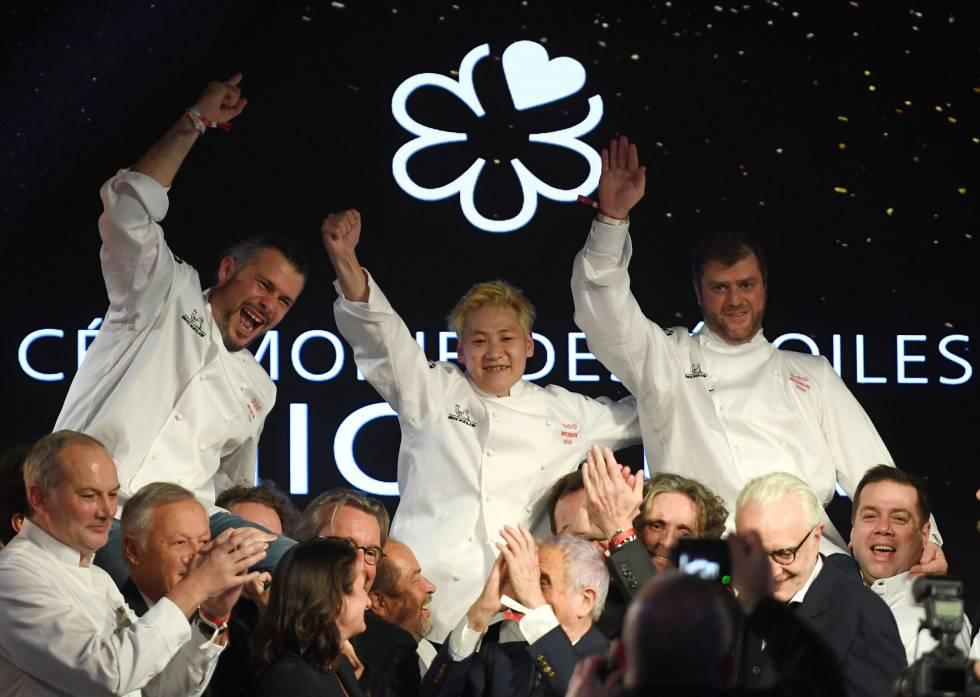 Desde la izquierda, los tres chefs ganadores de tres estrellas Michelin, Glenn Viel, Kei Kobayashi y Christopher Coutanceau, en la París, este lunes.