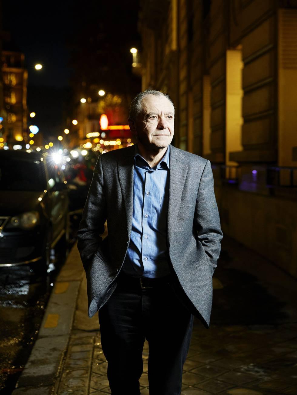 El pensador, sociólogo y escritor francés Gilles Lipovetsky, pasea por una calle de París después de la entrevista.