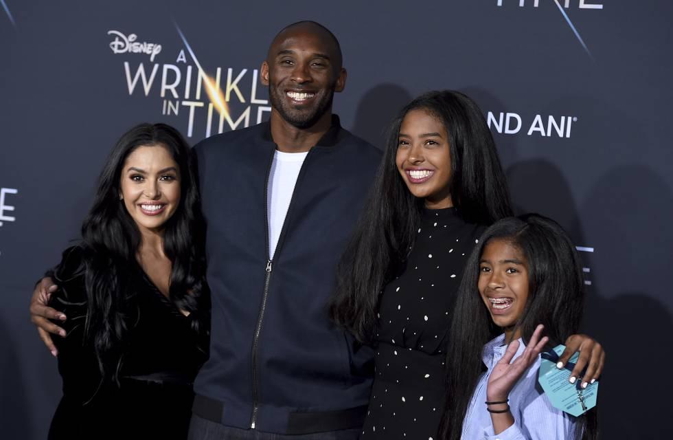 Kobe Bryant y su esposa Vanessa con sus dos hijas mayores, Natalia y Gianna en un estreno en febrero de 2018 en Los Ángeles.