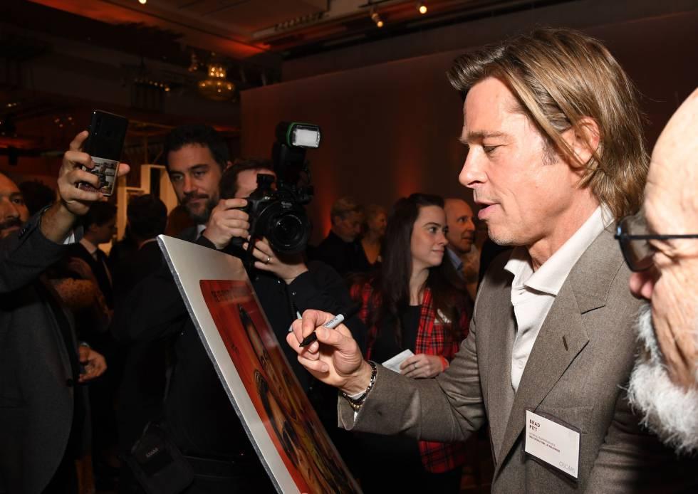 Brad Pitt firmando autógrafos durante su última aparición publica en el almuerzo de nominados a los Oscar. La próxima vez que salga en la prensa puede ser con una estatuilla dorada entre sus brazos, pero parte de la campaña para ganarla para hacer muchas apariciones públicas y ser muy simpático en todas ellas.