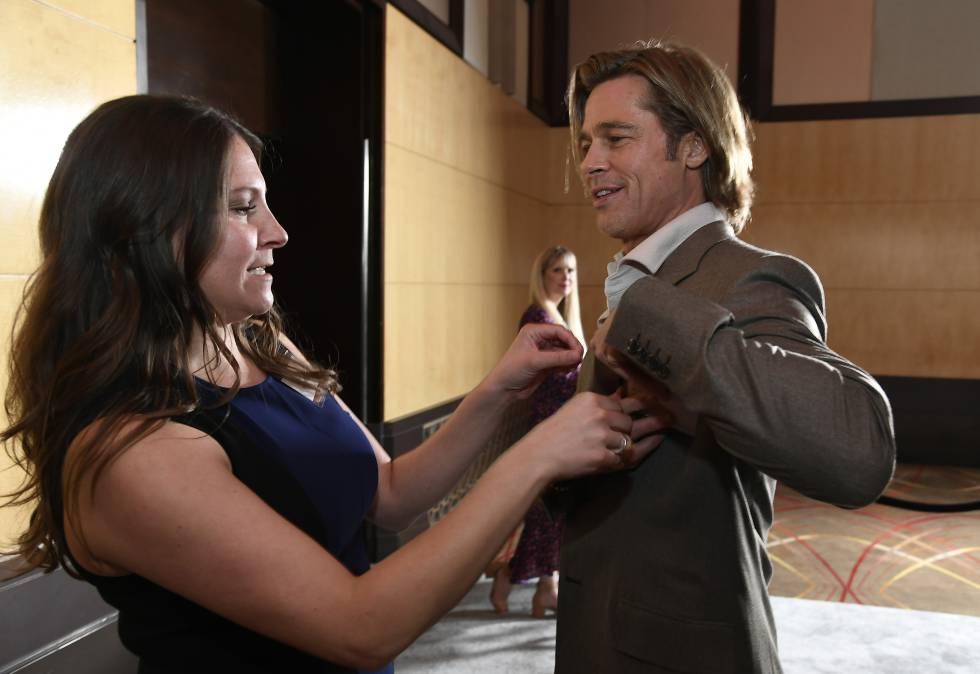 El actor colocándose la americana para que le pongan la tarjeta identificativa con su nombre, por si quedase alguien en el mundo que no conociese el rostro de Brad Pitt y tuviese que presentarse.