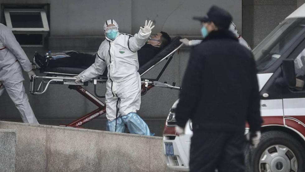 Personal médico traslada a un paciente al hospital Jin Yintan, en la provincia china de Jiangxi.