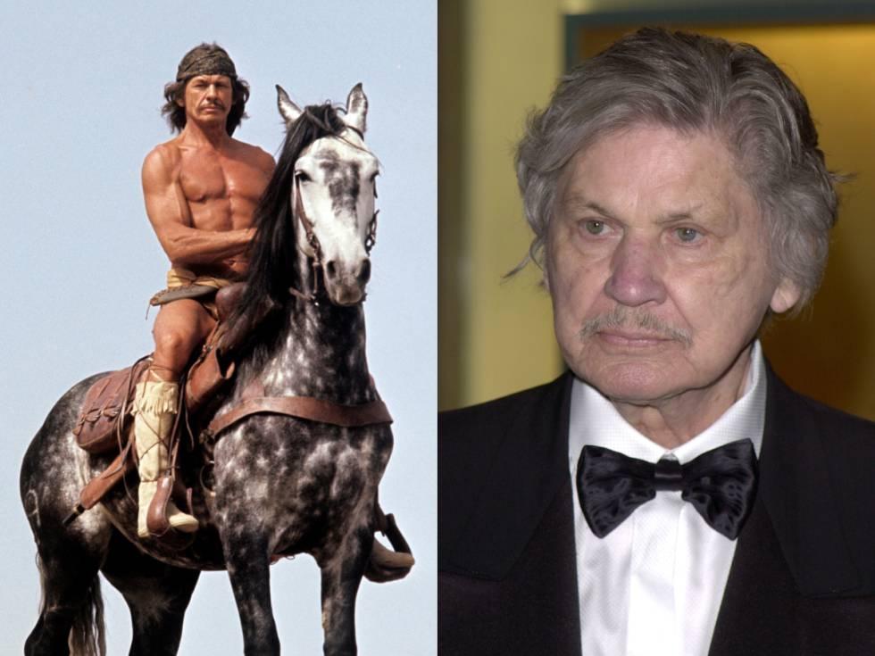 Charles Bronson, descamisado y a caballo en una escena de 'Chato's Land' (1972); a la derecha, durante una de sus últimas apariciones públicas en 2001 durante un homenaje a Kirk Douglas.