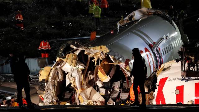 Fuselaje del avión fracturado tras el accidente.