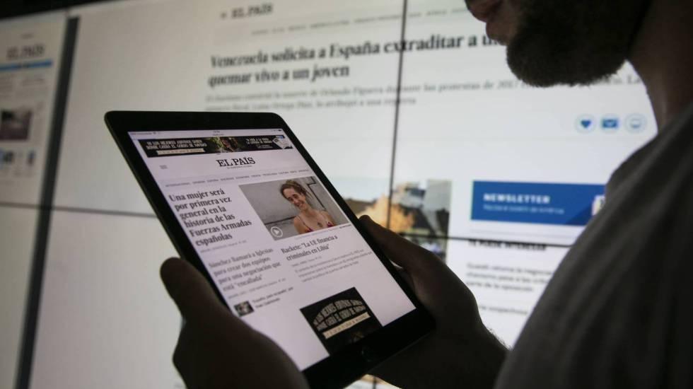 Un usuario consulta la página web del diario EL PAÍS en su tableta.