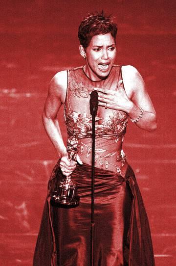 Halle Berry emocionada. No es de extrañar: fue la primera protagonista negra en ser galardonada.