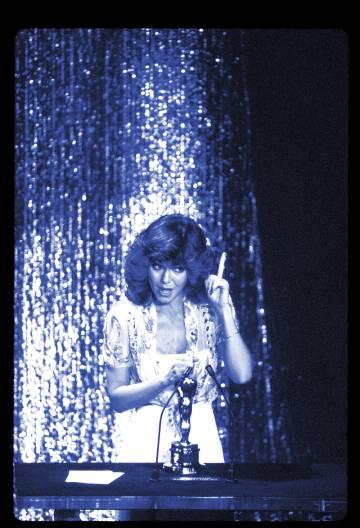 Sally Field, reprendiendo, con su Oscar por 'Un lugar en el corazón'.