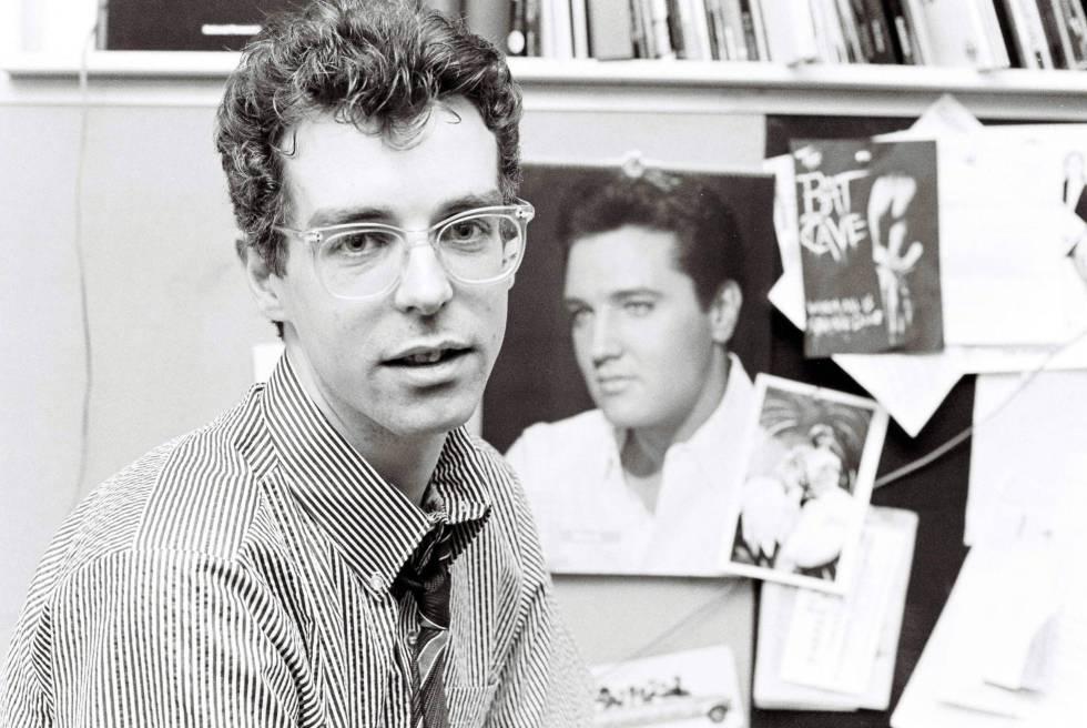 Neil Tennant, de los Pet Shop Boys, fotografiado con una imagen de Elvis Presley cuando era un periodista musical en la revista 'Smash Hits' en 1983. Solo cinco años después triunfaría con una versión de un tema que popularizó el rey del rock mencionada (para bien) en este artículo, 'Always in my mind'.