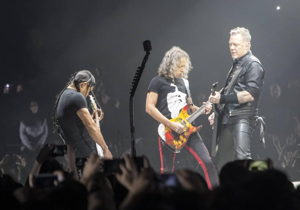 Robert Trujillo, Kirk Hammett y James Hetfield el 5 de febrero de 2018 en el Wizink Center de Madrid, la noche que interpretaron la desacertada versión de Barón Rojo.