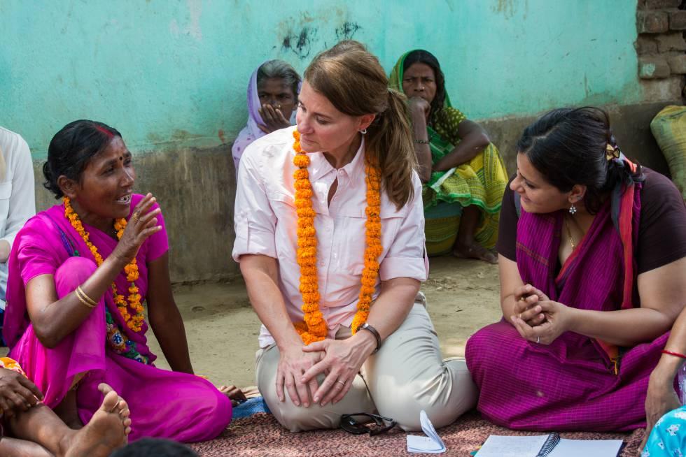 Melinda charla con unas mujeres de Bihar (India).