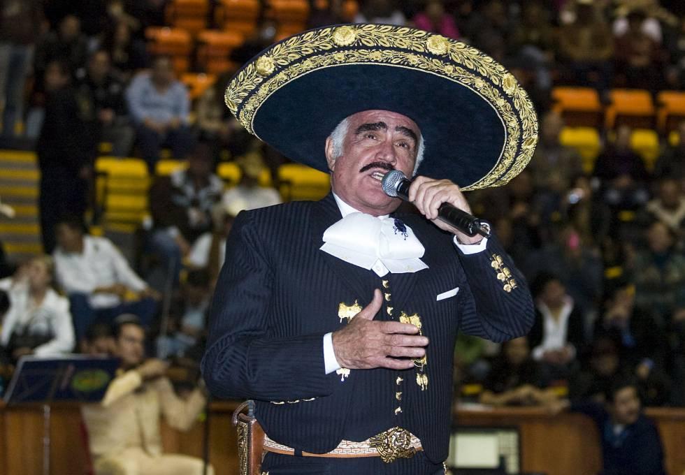 Vicente Fernández, durante una actuación.