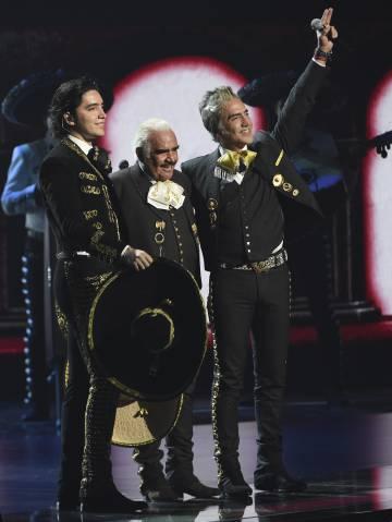 Vicente Fernández, en el centro, acompañado de su nieto Alex Fernández y su hijo Alejandro Fernández, durante la gala de los Grammy Latino del pasado noviembre, en Las Vegas (Nevada, EE UU).