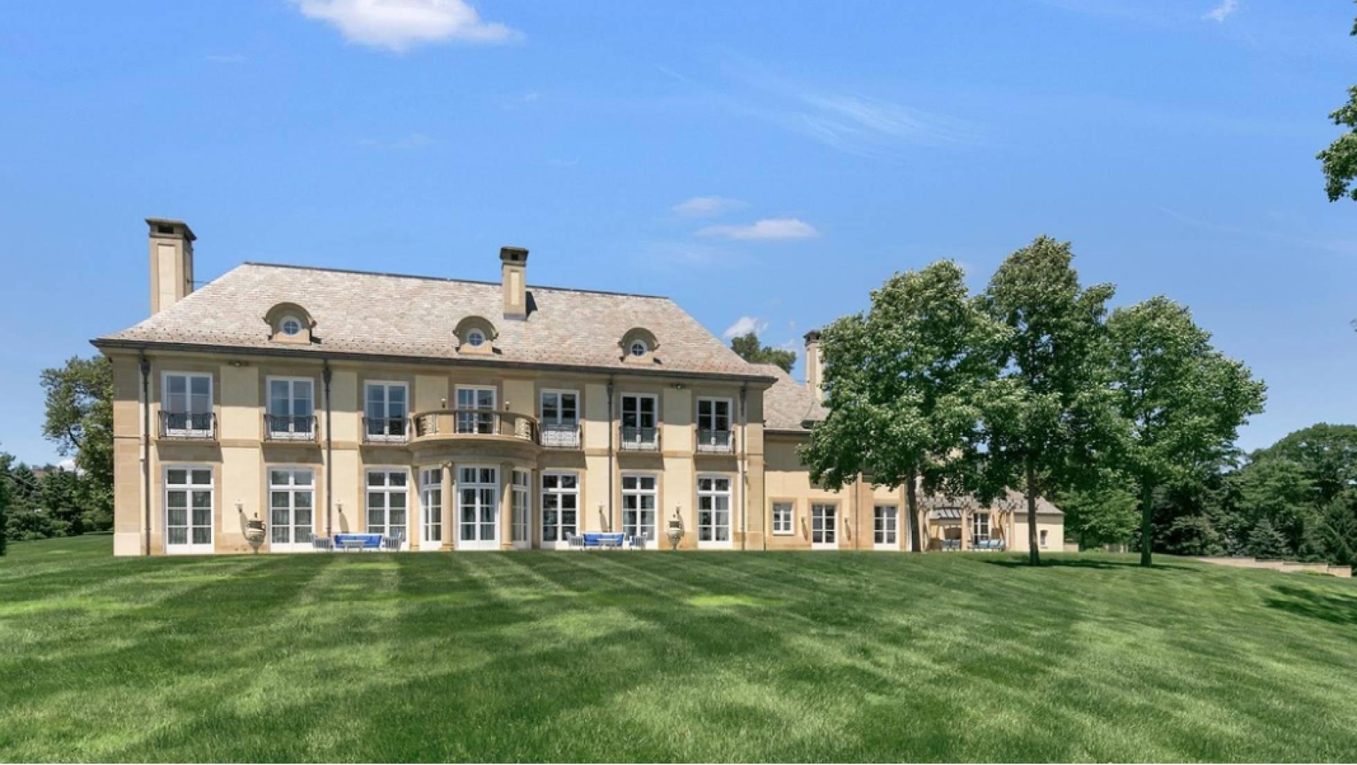 Fachada da casa de Jon Bon Jovi em New Jersey, que está agora à venda.