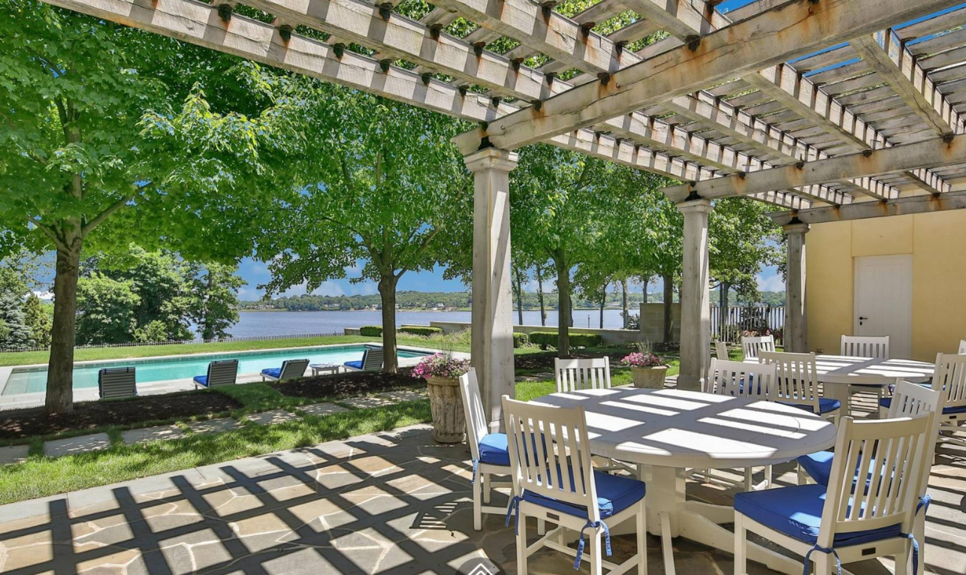 A área da piscina da propriedade de Jon Bon Jovi.