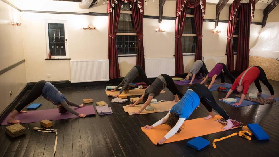 Varias personas practicando Yoga.