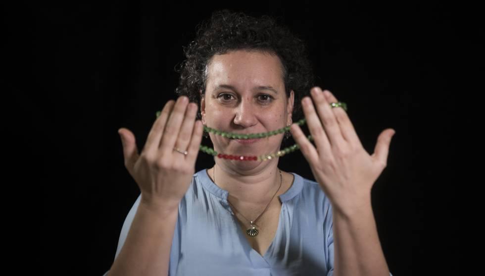 La enfermera Miriam Alía muestra el collar que ayuda a los trabajadores comunitarios a saber si un niño está grave.