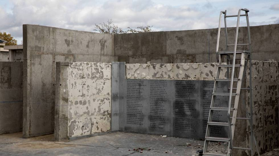 Desmontaje de las placas en eel cementerio de La Almudena el pasado mes de noviembre.